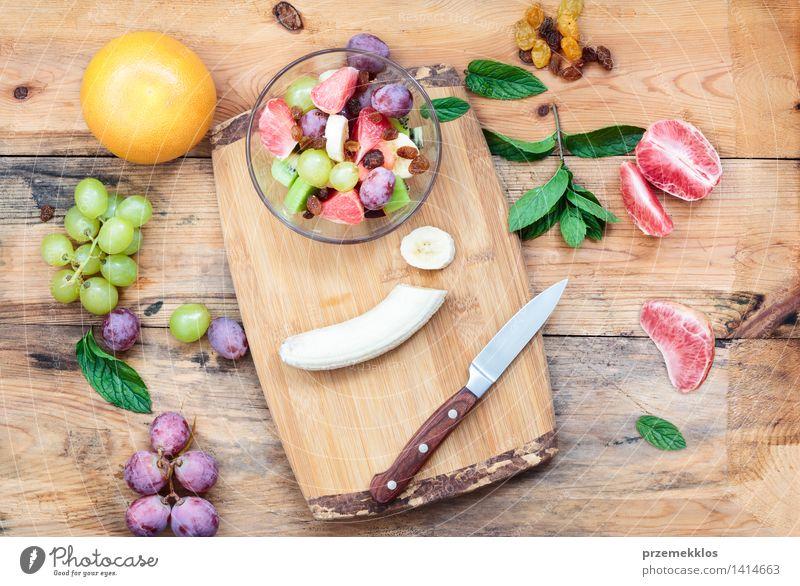 Salat mit frischen Früchten Lebensmittel Gemüse Frucht Ernährung Mittagessen Bioprodukte Vegetarische Ernährung Diät Schalen & Schüsseln Tisch Holz einfach hell