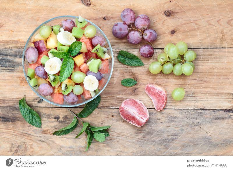 Salat mit frischem Obst und Gemüse grün Holz Lebensmittel hell Frucht Ernährung Aussicht Tisch einfach Sauberkeit lecker Bioprodukte Schalen & Schüsseln Top