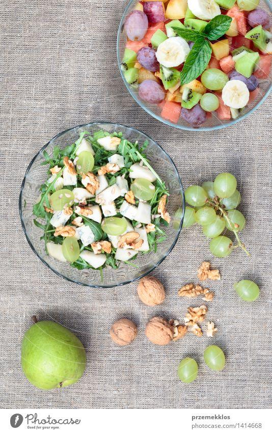 Salat mit frischem Obst und Gemüse grün Lebensmittel hell Frucht Ernährung Aussicht Tisch einfach Sauberkeit lecker Bioprodukte Schalen & Schüsseln Top Mahlzeit