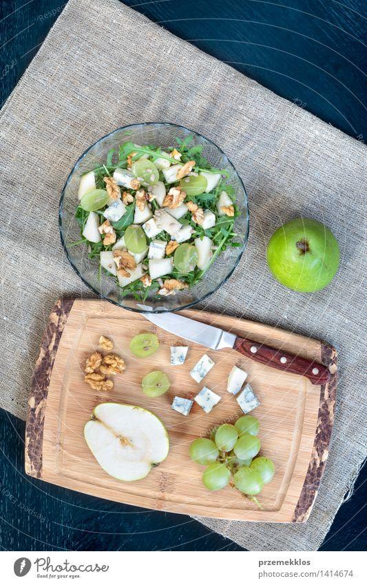Salat mit frischem Obst und Gemüse grün Lebensmittel hell Frucht Aussicht Tisch einfach Sauberkeit lecker Bioprodukte Schalen & Schüsseln Top Mahlzeit Messer