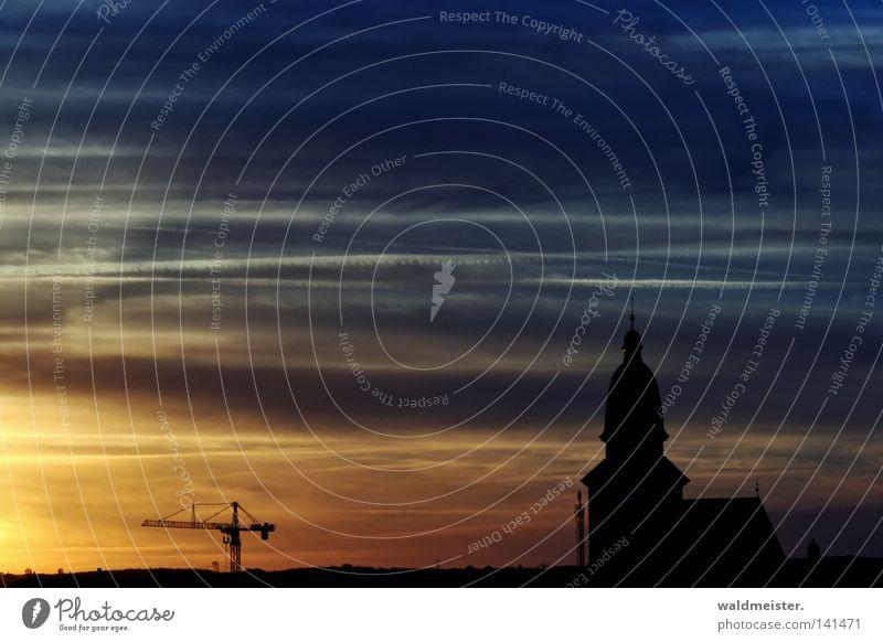 Bald kommt die Nacht Himmel Stadt Wolken Kirche historisch Kran Abenddämmerung Ware Kirchturm Kondensstreifen Kleinstadt Baukran