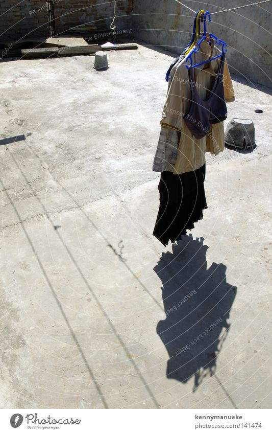 Zum Trocknen aufhängen Bekleidung Kleiderbügel Schatten Wäsche Kurzwaren BH trocken Linien Mittag Tag