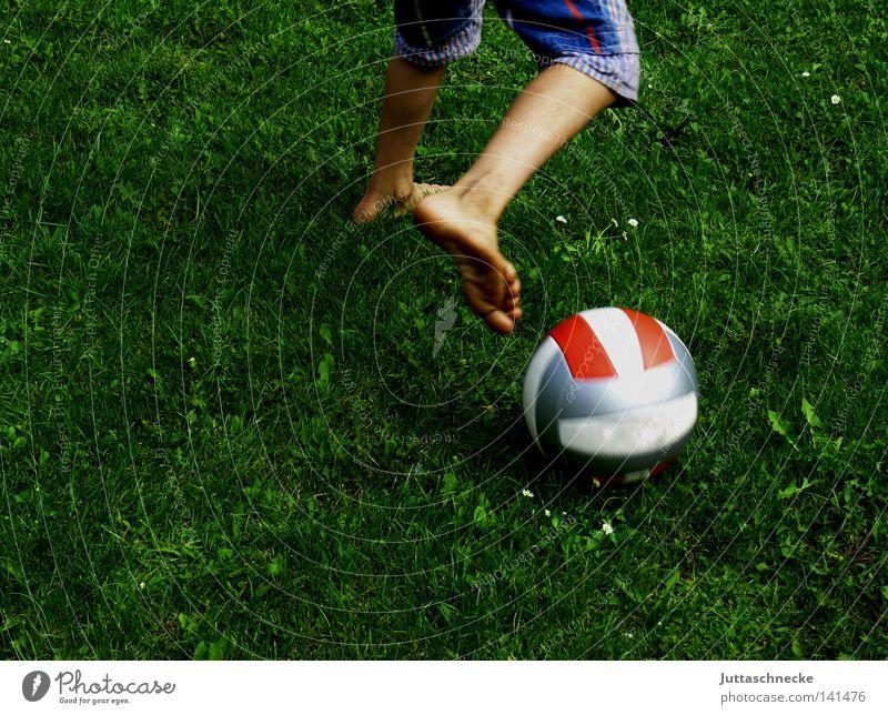 Wozu braucht man Schuhe Kind Kindheit Junge Jugendliche Ball Fußball Spielen dribbeln Wiese Barfuß Zehen Beine Aktion Shorts Bermuda-Inseln Bermudashorts Garten