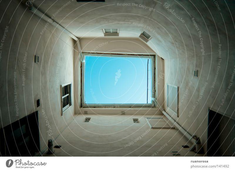 Tunel Fenster Gebäude Himmel Terrasse Waldlichtung Luft Tunnel Auspuff Beginn Detailaufnahme Freiheit entkommen blau Kontrast hell Rechteck Schuss