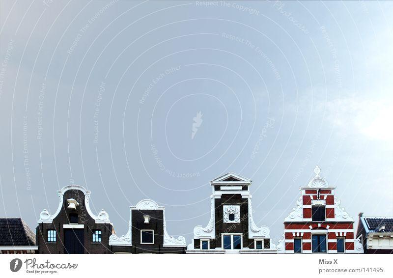 Über den Dächern von Amsterdam Ferien & Urlaub & Reisen Wohnung Haus Himmel Wolken Hauptstadt Fenster Dach Straße hoch oben blau rot schwarz weiß Nostalgie