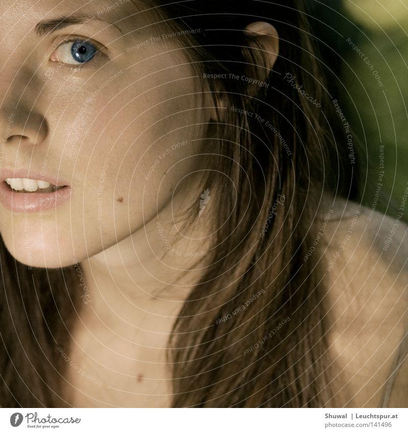 this is how you remind me Farbfoto Außenaufnahme Porträt Oberkörper Blick Blick in die Kamera schön feminin Junge Frau Jugendliche Erwachsene Kopf Auge Nase