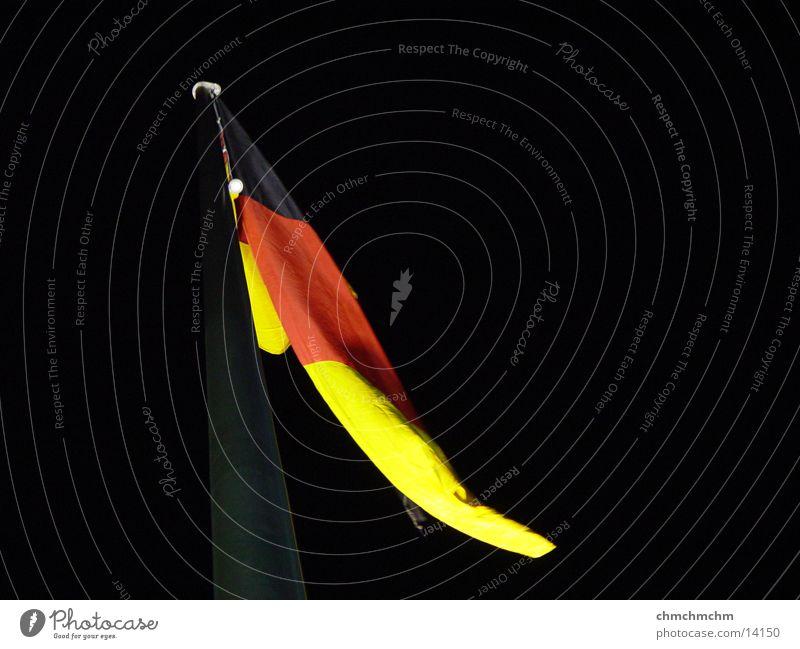 german_flag Deutsche Flagge schwarz rot gelb Dinge vor Reichstag gold Nacht wehen