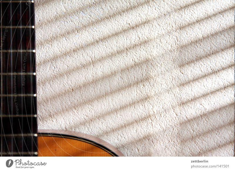Verschattete Gitarre Sommer Musik Freizeit & Hobby wandern Häusliches Leben Steg Gitarre Hals Bündel Saite Feuerstelle Zarge Jalousie Rollladen akustisch Volksmusik