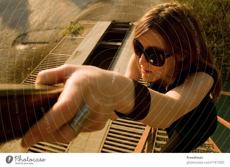 galant Blick entdecken Sonnenbrille Schatten Frau schön Coolness lässig Stil Sommer Kopf Vogelperspektive blond Kleid grün braun heiß Physik Teer klein groß