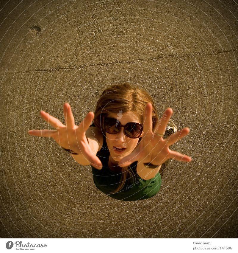 tanzen im viereck Sonnenbrille Schatten Frau schön lässig Stil Sommer Vogelperspektive blond Kleid grün braun heiß Physik Teer klein groß Asphalt
