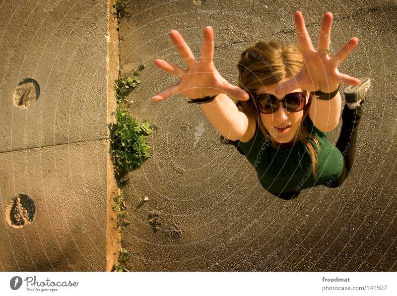 : springgreif Sonnenbrille Schatten Frau schön lässig Stil Sommer Vogelperspektive blond Kleid grün braun heiß Physik Teer klein groß Asphalt Haare & Frisuren