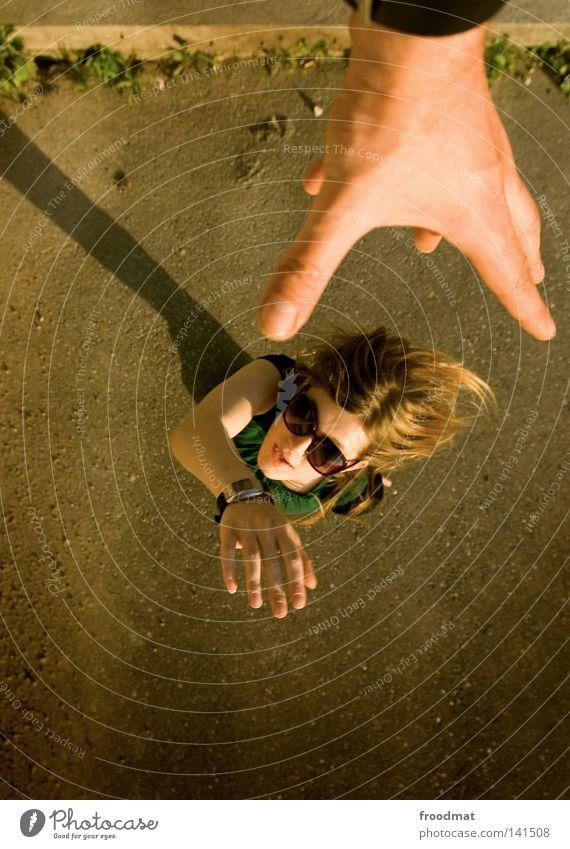 kontakt Sonnenbrille Schatten Frau schön lässig Stil Sommer Vogelperspektive blond Kleid grün braun heiß Physik Teer klein groß Asphalt Haare & Frisuren Hand