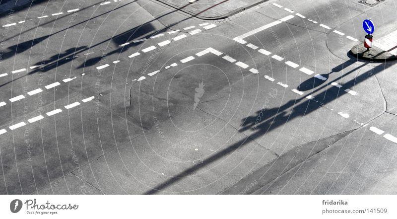 schatten im weg Straße grau Wege & Pfade Schilder & Markierungen Verkehr Asphalt Symbole & Metaphern Pfeil Verkehrswege Richtung Ampel Wegweiser