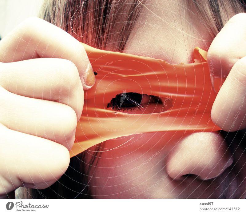 Zora Kind Mädchen Luftballon Blick Pupille Maske Spieltrieb Freude Auge verstecken verkleiden