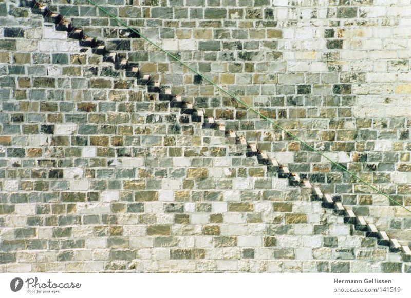 WIEN: Donautreppe Wand Architektur Treppe diagonal aufsteigen Abstieg Niedergang
