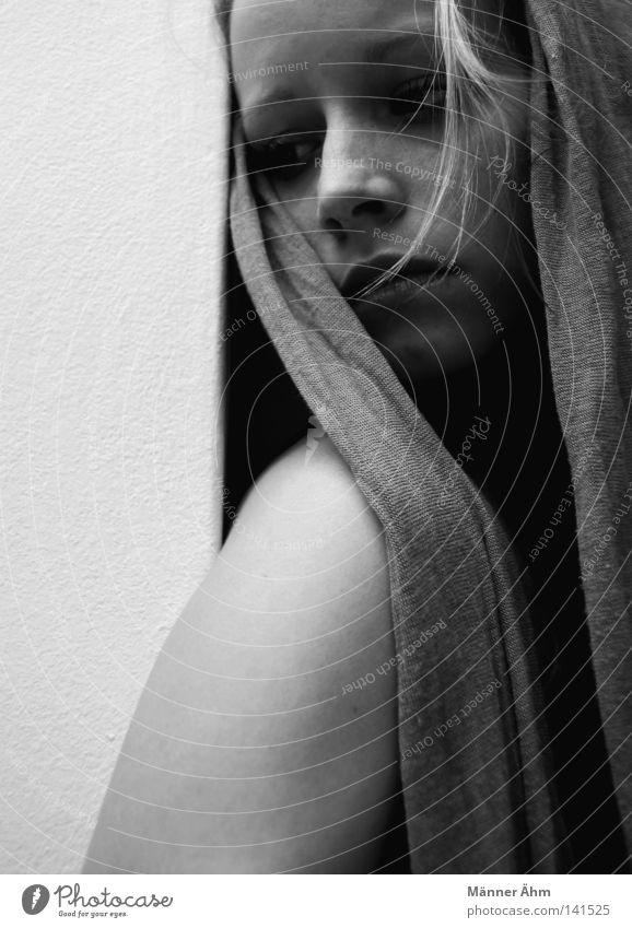 - 200 - Ca Plane Pour Moi. Frau Schulter Wand Mörtel weich grau schwarz weiß hart Finger Hand Stirn Trauer Verzweiflung Gegenteil Schwäche Gedanke Schal