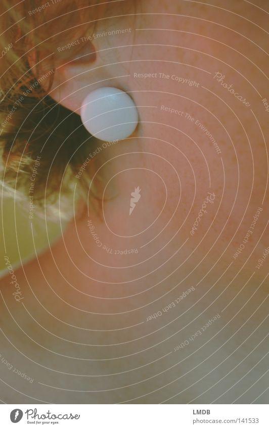 Das Warten auf Zärtlichkeit Ohr Ohrringe Schmuck weiß Frau Hals Nacken Haare & Frisuren blond rothaarig Schlüsselbein Wange Kiefer Ohrmuschel gelb Licht