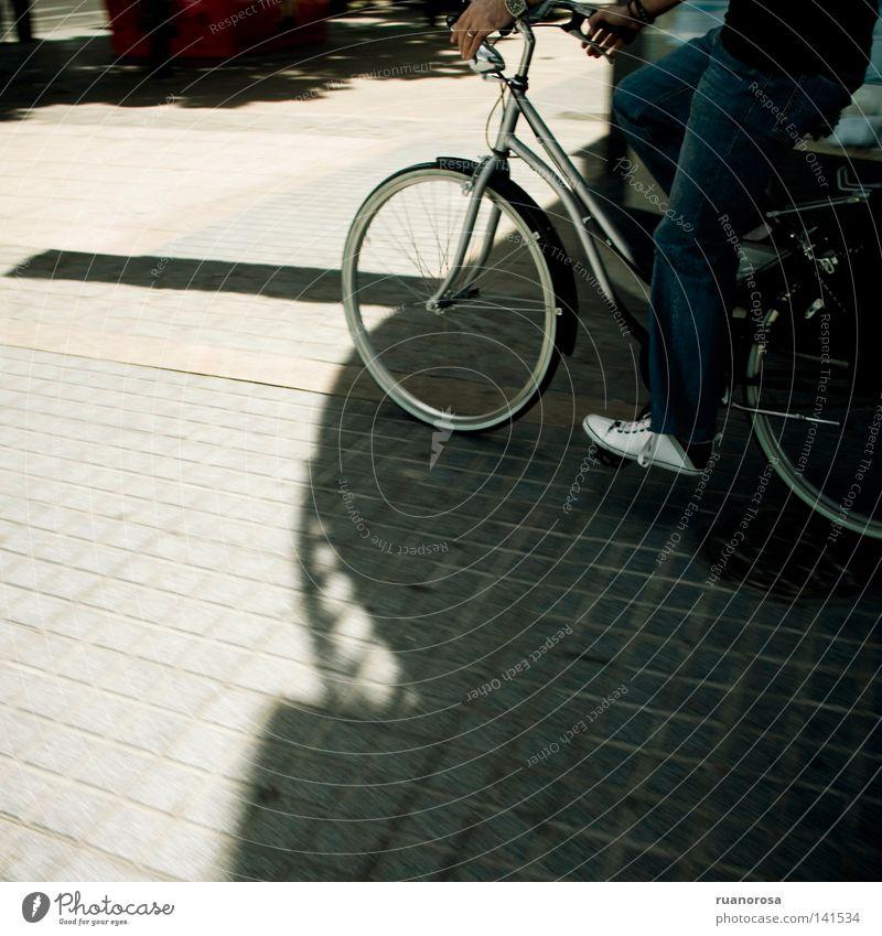 Laufmaschine Rennfahrer Fahrzeug Fahrrad Reifen Pedal Verkehr Straße Maschine Sonne Promenade Schatten Fan Radrennfahrer Geschmackssinn Licht tragen
