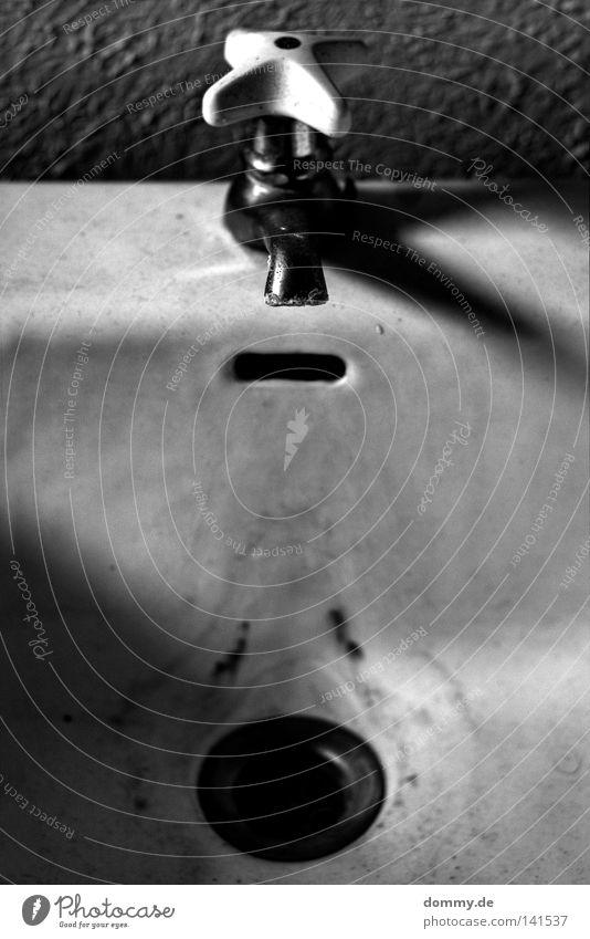 lost Wasserhahn dreckig verfallen schwarz weiß kalt Waschbecken Überlauf Wand dunkel Verlauf Schwarzweißfoto Wassertropfen Teile u. Stücke dirty Spuren