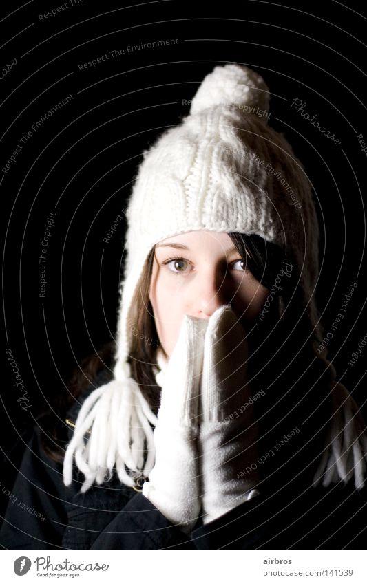 der winter kommt bestimmt wieder... Frau Jugendliche Mütze weiß Handschuhe Haare & Frisuren Schwache Tiefenschärfe dunkel schwarz Hintergrundbild süß Winter