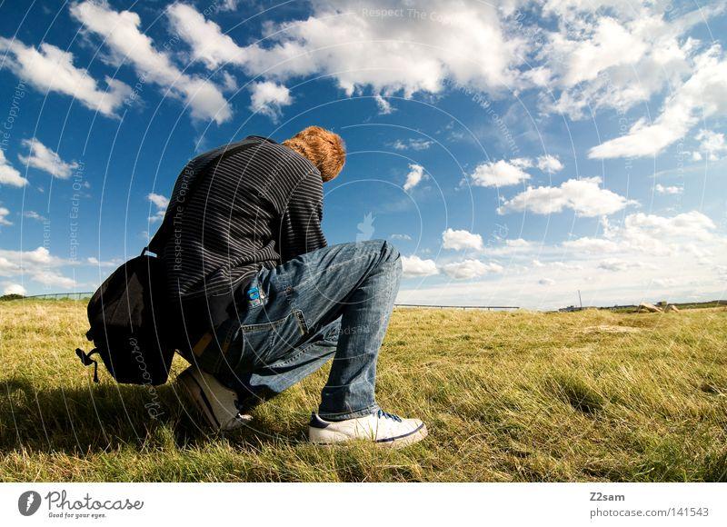überblick behalten Mensch Mann Natur Himmel Sonne grün blau rot Sommer ruhig Wolken Einsamkeit Ferne Arbeit & Erwerbstätigkeit Wiese Haare & Frisuren