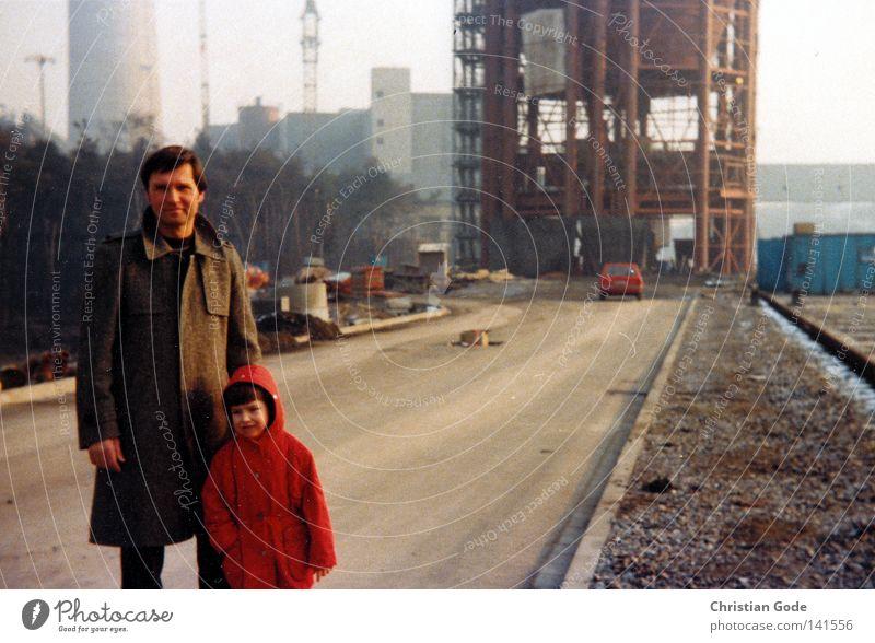 Auf der Baustelle Kohlekraftwerk Ruhrgebiet Siebziger Jahre Vater Arbeitsplatz planen Tag Arbeitsschuhe Fertigungsstrasse Sohn Kind rot braun Straße Baugerüst