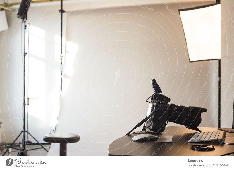 Im Fotostudio Fotograf Tastatur Computermaus Kunst Künstler Medien Printmedien Neue Medien Blick schwarz weiß Gefühle ruhig Nervosität Identität innovativ