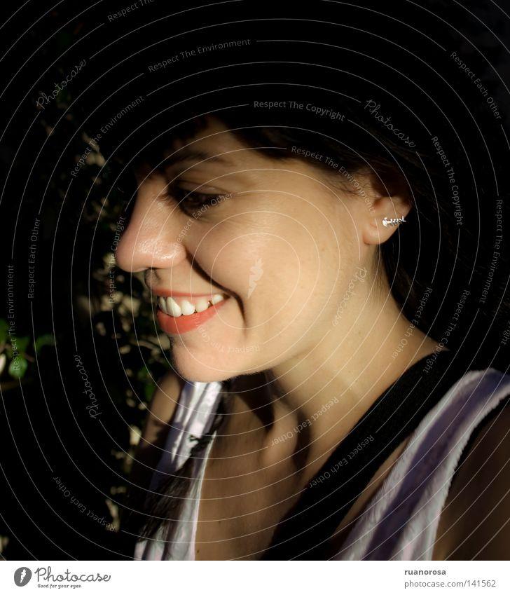 Frau Jugendliche rot Freude Glück lachen glänzend Zähne Lippen grinsen Lächeln Sympathie Ohrringe Kussmund heiter