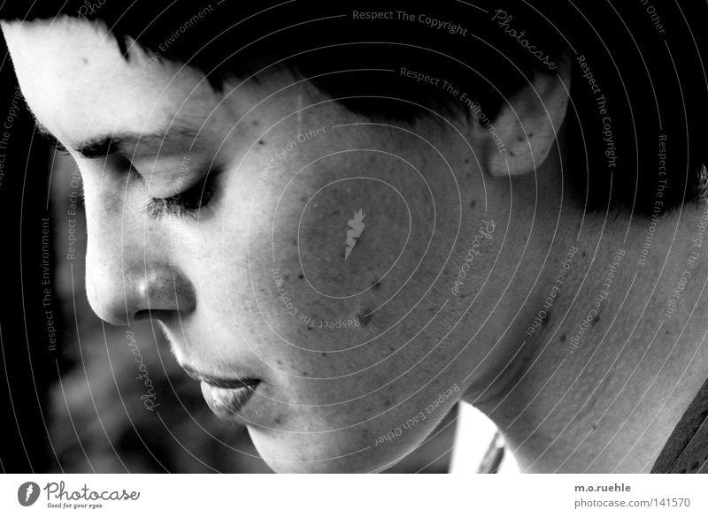 """""""ich liebe dich nicht"""" Porträt Schwarzweißfoto Mädchengesicht Sehnsucht Liebeskummer Leberfleck Schmerz untergehen Gedanke Intuition Lippen Mund ruhig Gesicht"""