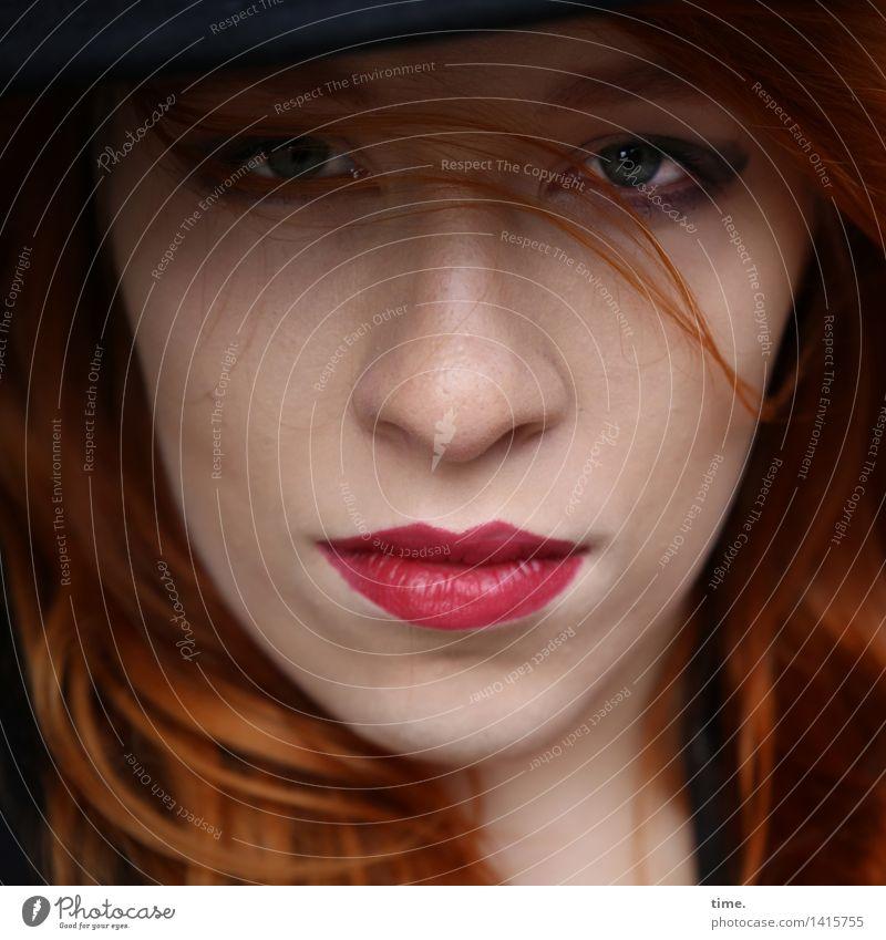 . feminin 1 Mensch Lippenstift rothaarig langhaarig Locken beobachten Denken Blick warten schön Willensstärke Verantwortung Wachsamkeit gewissenhaft