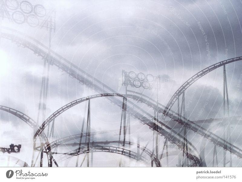 [HH08.2] Schwindelgefühle Himmel Wolken Freude Spielen Freiheit Angst Geschwindigkeit Kreis Eisenbahn fahren Gleise Jahrmarkt Konstruktion Doppelbelichtung Dom Alkoholisiert