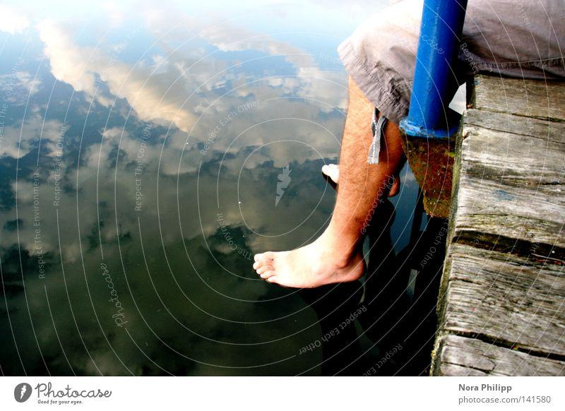 hängen lassen Mensch Mann Jugendliche Wasser Himmel blau Sommer Ferien & Urlaub & Reisen ruhig Wolken Erholung Freiheit Holz Fuß See Beine