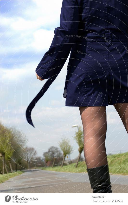 Mitten auf der Straße, die Frau in dem blauen Mantel Himmel weiß grün schön Baum Winter Wolken schwarz ruhig Ferne Wiese kalt feminin