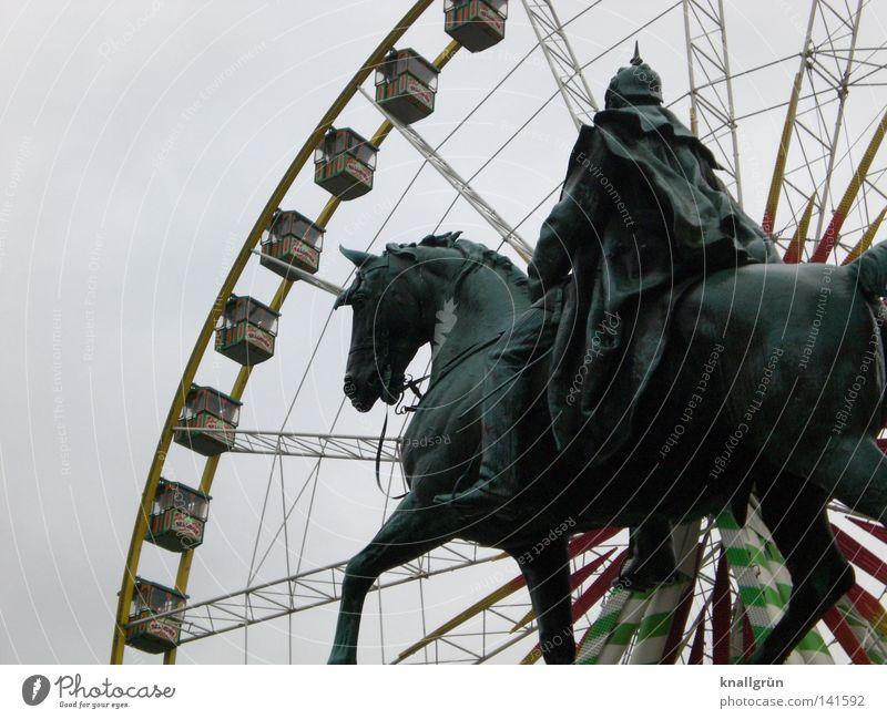 Kaiser Wilhelm amüsiert sich Denkmal Statue Pferd König Gedächtnis Kirche Reiter Pickelhaube Umhang Riesenrad Jahrmarkt Fahrgeschäfte alt neu Vergangenheit
