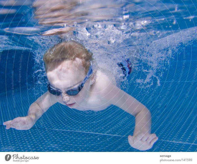 Der Taucher tauchen Brille Taucherbrille Wasser nass Sommer Schwimmbad Bad Kind Unterwasseraufnahme Physik Freude Schwimmen & Baden Kleinkind Wärme