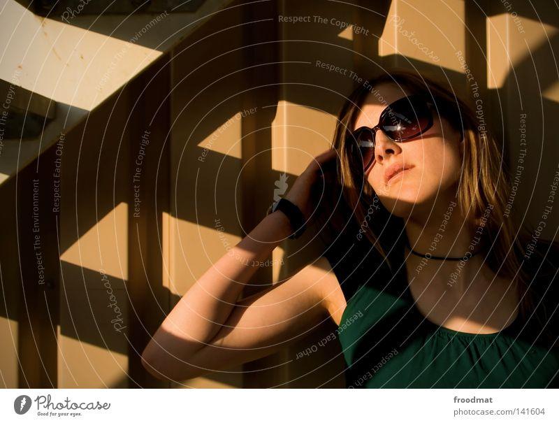 tussigepose entdecken Sonnenbrille Schatten Frau schön lässig Stil Sommer Vogelperspektive blond Kleid grün braun heiß Physik Asphalt Haare & Frisuren diagonal