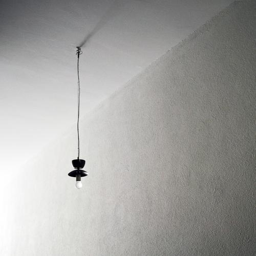 Eins Einsamkeit Beleuchtung Innenarchitektur Lampe hell Energiewirtschaft Kabel lang hängen Glühbirne Altbau minimalistisch