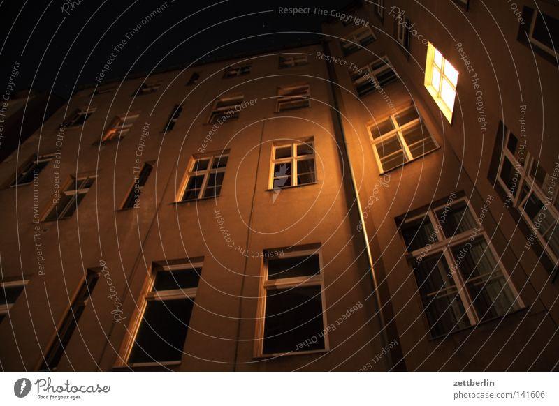 Abend Stadt Haus dunkel Berlin Fenster Gebäude hell Beleuchtung Architektur Fassade Häusliches Leben Bauwerk erleuchten Abenddämmerung Mieter Stadthaus