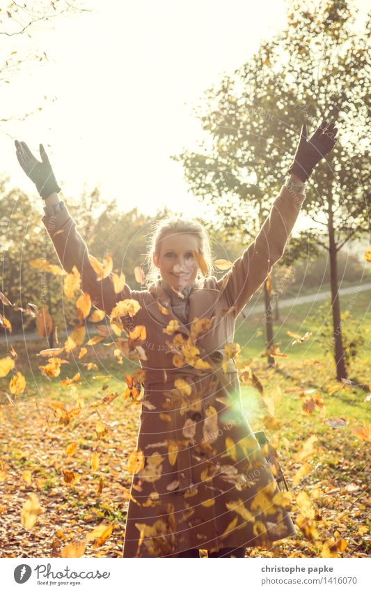 Fallin' leaves Frau Erwachsene 1 Mensch 30-45 Jahre Natur Herbst Baum Blatt fallen werfen blond Farbfoto Außenaufnahme Textfreiraum oben Tag Licht