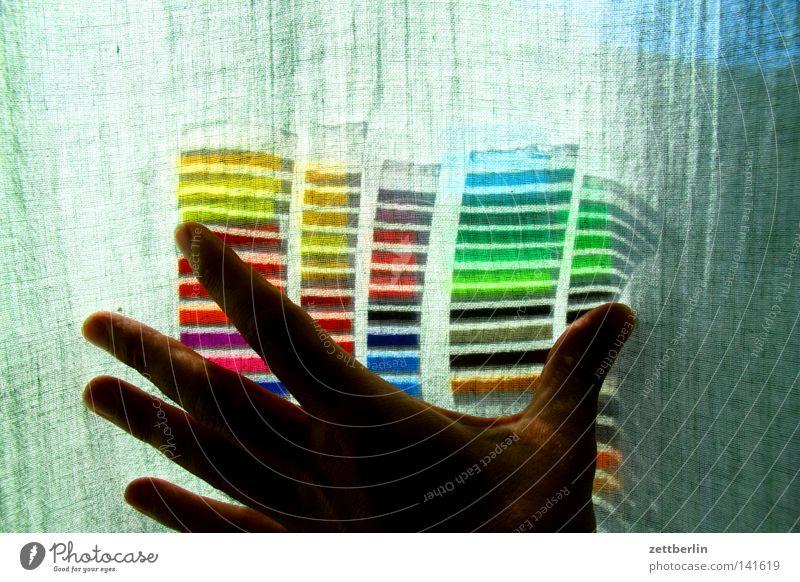Farben hinter Gardine Hand Farbstoff Verpackung Häusliches Leben Stoff festhalten obskur Vorhang Regenbogen Tuch Mensch Textilien verdeckt Folie