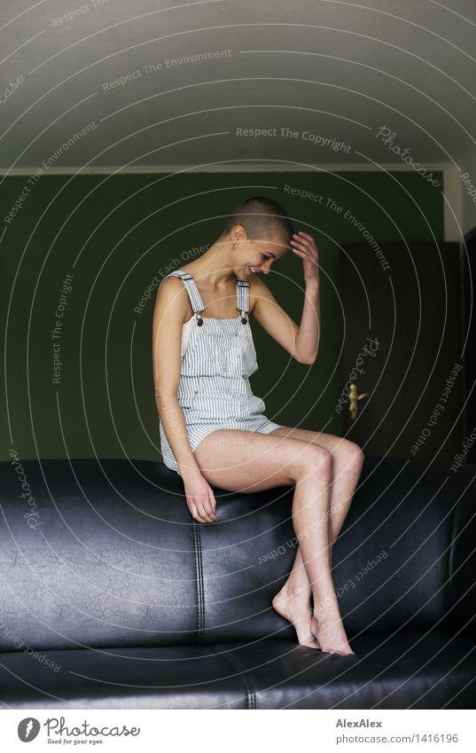ohne Fußball Leben harmonisch Junge Frau Jugendliche Beine 18-30 Jahre Erwachsene Sofa Latzhose Barfuß brünett kurzhaarig Lächeln lachen sitzen ästhetisch