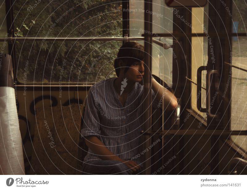 Schlaf ohne Traum [Weimar08] Frau feminin Mensch schön attraktiv Denken untergehen Geistesabwesend Gedanke Einsamkeit Trauer Stimmung Gefühle Leben Straßenbahn
