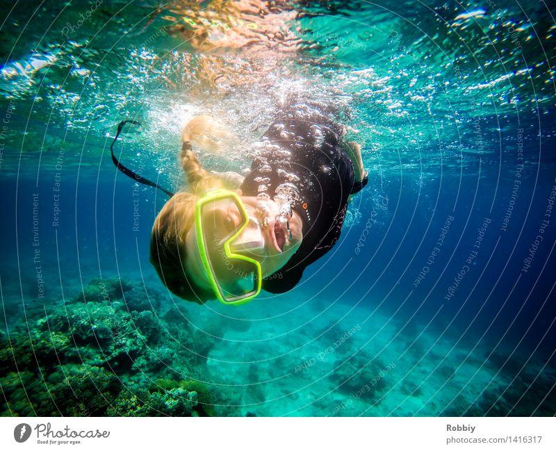 Wie ein Fisch im Wasser Mensch Frau Natur Jugendliche blau Junge Frau Meer Erholung Freude Strand 18-30 Jahre Erwachsene Umwelt Bewegung Küste