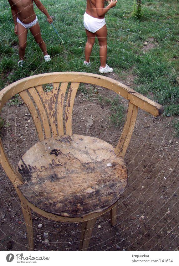 schwestern Kind Mädchen 2 Stuhl alt Zeit Kindheit Sommer springen klein Spielen Fröhlichkeit Schwester lustig Leben Geschwister Garten Beine Physik Zusammensein