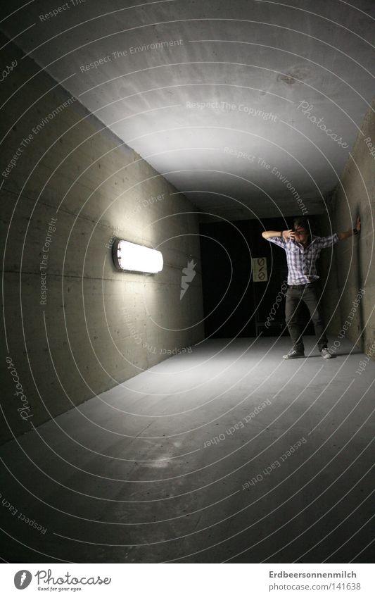 Blendelicht Mann schwarz dunkel grau Angst Kunst Kultur Tunnel Hemd Panik Hass blenden