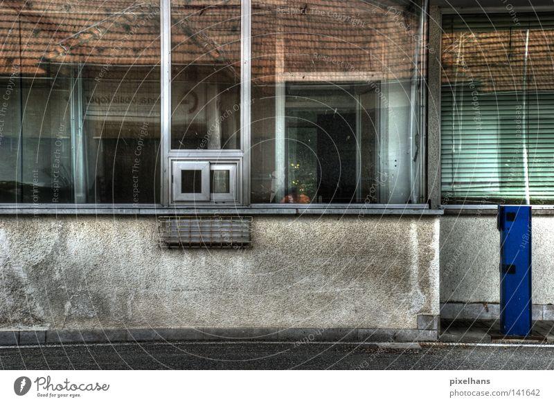 Grenzgänger Haus Spiegel Menschenleer Architektur Mauer Wand Fassade Fenster Dach Verkehr Schranke Glas Metall Rost glänzend dreckig kalt blau grau rot weiß