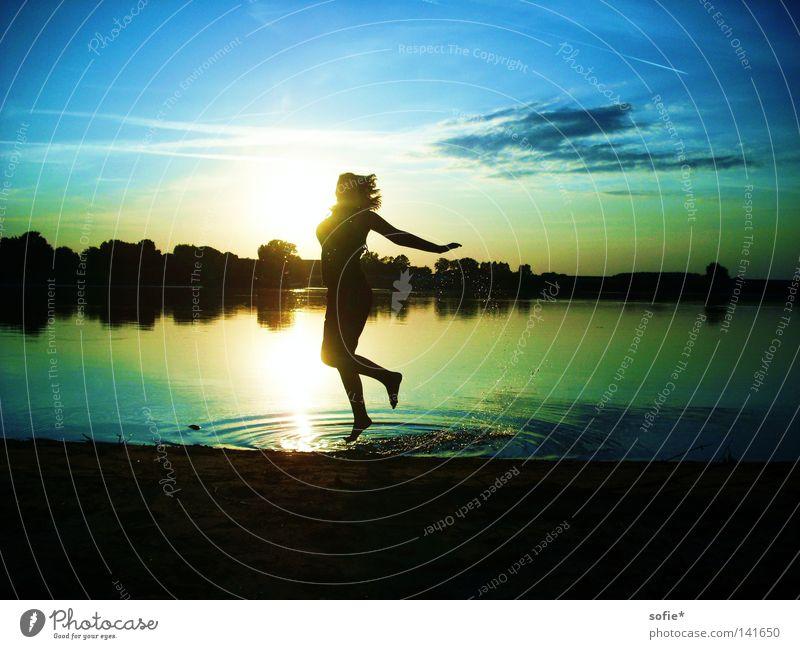 Lass laufen, was du nicht halten kannst. springen Sonnenuntergang spritzen Abendsonne Wasserspritzer Dämmerung Küste Elbe Schatten leichte Wolken Freude