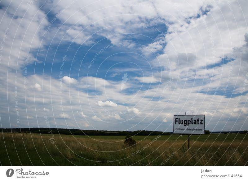 Ja, wo fliegen sie denn? Himmel grün blau Wolken Ferne Wiese Gras Feld Flugzeug fliegen Schilder & Markierungen Luftverkehr Flughafen Hinweisschild Verbote Abheben