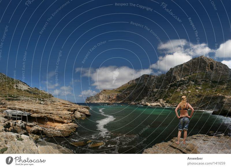Junge Frau an der Cala Figuera auf Mallorca Mensch Himmel Wasser Ferien & Urlaub & Reisen Pflanze Sommer Meer Strand Einsamkeit Wolken Erholung Landschaft