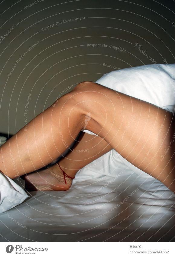 in fremden Betten Frau Jugendliche schön Erwachsene Erotik Junge Frau Beine 18-30 Jahre schlafen Bett Hotel Leidenschaft Müdigkeit Lust Decke Kissen